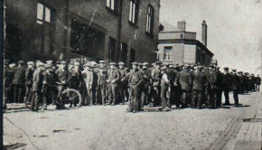 Tyldesley_miners_outside_the_Miners_Hall_during_the_1926_General_Strike[1]