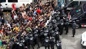 Manifestantes-y-Mossos-se-enfr_54408370094_53389389549_600_396