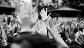 Manos alzadas durante la asamblea del 19 de mayo en la Plaza del